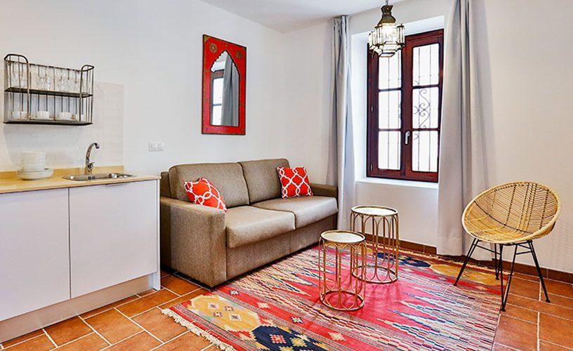 La mejor localización para aquellos que buscan disfrutar de unos días en pleno casco histórico de Córdoba.  Cuenta con 1 habitación con cama de matrimonio y con un cómodo sofá-cama lo que permite elevar el número de invitados a 4. Totalmente equipado y reformado, le hará disfrutar de una estancia inolvidable.