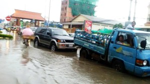 Flooding in Streets Causes Terrible Traffic Jams in Phnom Penh