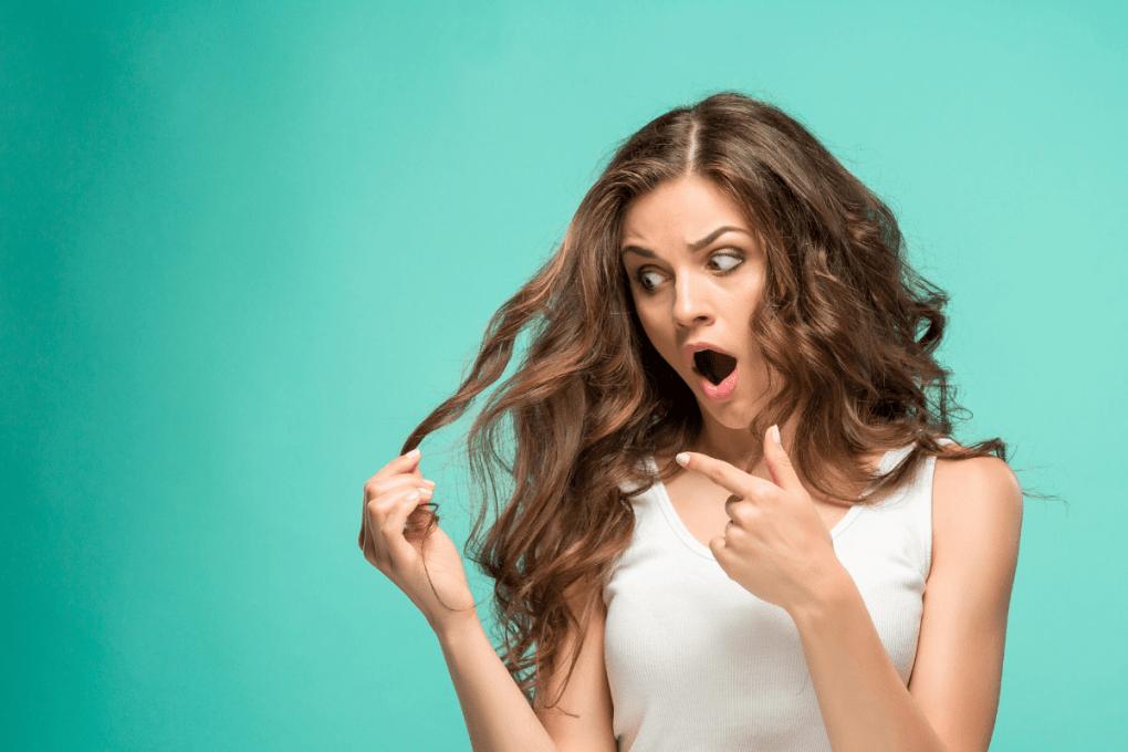 אישה מתלוננת על השיער שלה