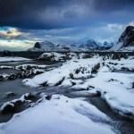 Acht Tage Fotoabenteuer am nördlichen Polarkreis den unberechenbaren Wetterverhältnissen ausgeliefert. Mit unserer Lofoten Fotoreise sind wir jedes Jahr mit einer kleinen Gruppe Abenteurern auf der Jagd nach spektakulären Landschaftsaufnahmen, Streetart und magischen Polarlichtern.