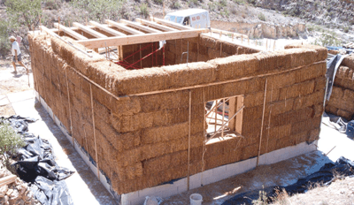 Construcción de la casa de paja de Nuevo Juanma, en La Rioja, España (imagen procedente de casasdepaja.org)
