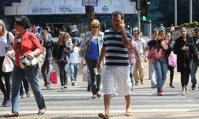 Brasileiros estão mais pobres, tristes e estressados, diz estudo da FGV