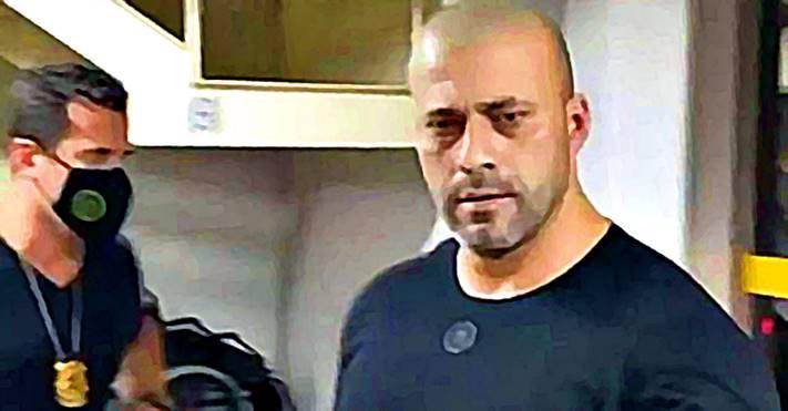 """""""Valentão na rede social, fujão na vida real, Daniel Silveira pulou muro e se deparou com PF"""", diz o G1"""