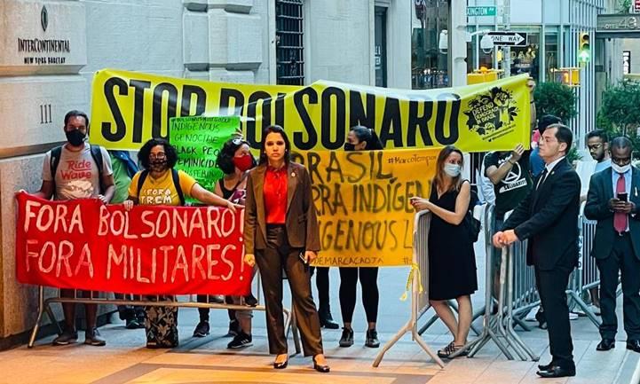 [Vídeo] Bolsonaro chega sob protestos nos EUA e entra pelos fundos de hotel. Sem vacina, ele e ministros comem na rua
