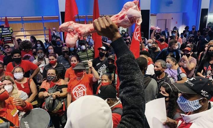 [Vídeo] MTST ocupa sede da Bolsa em protesto contra FOME, DESEMPREGO e INFLAÇÃO