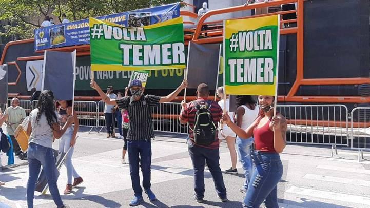 """R$ 50 para empunhar cartaz 'Volta Temer' na Paulista com a orientação """"faz de conta que estão protestando"""""""