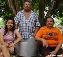 """Ao sair da Colômbia com sua família para o Brasil, Elias decidiu trazer este panelão, apelidado de """"Índia"""", que ele comprou há mais de 30 anos. """"Esta panela é parte da minha vida"""", diz Elias, da esposa Lia e da filha Lina. Com ela, Elias cozinhou para a família inteira não apenas na fazenda onde morava, mas também durante o processo de deslocamento interno na Colômbia que precedeu sua chegada ao Brasil."""