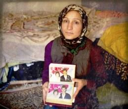 """Leila fugiu da Síria e hoje vive com os seis filhos em um apartamento abandonado em Atenas, na Grécia. O objeto que pegou no momento da fuga foi um álbum de fotografias, para lembrar dos tempos felizes que viveu ao lado de seu marido, que desapareceu durante um conflito na Síria. """"Para mim, deixar meu país foi a morte', desabafa"""