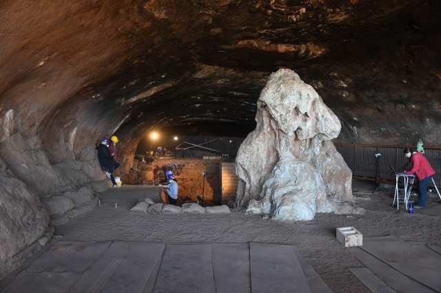 غار سے لاکھوں سال پرانی شے دریافت، دیکھنے والے حیرت زدہ 1