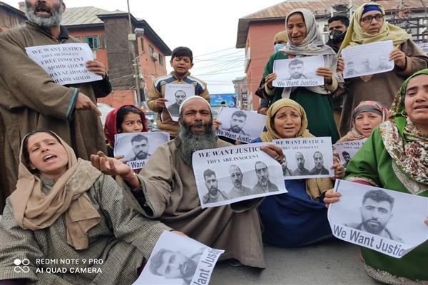 دلی میں گرفتار بڈگام کے تین افراد کے اہل خانہ کا سری نگر میں احتجاج