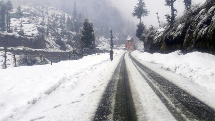 وادی کشمیر کے کئی بالائی علاقوں میں تازہ برفباری ،متعدد رابطہ سڑکیں بند