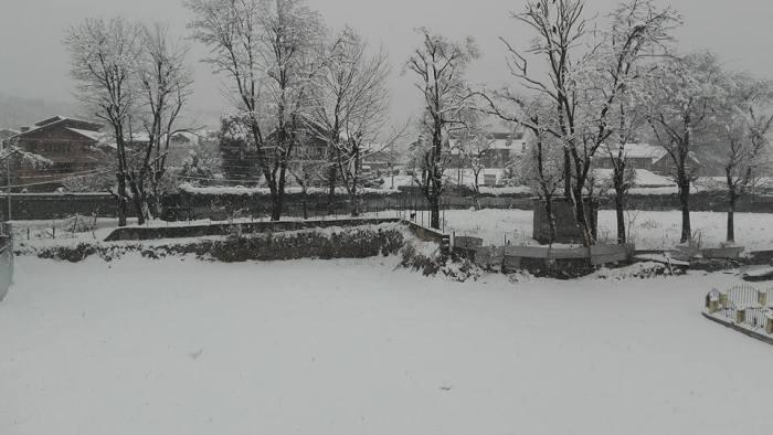 کشمیر میں بھاری برف باری کا چوتھا دن، زمینی و فضائی رابطے منقطع، نظام زندگی مفلوج