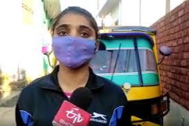 ضلع اودھم پور کی پہلی خاتون آٹو ڈرائیور بنجیت کور، آٹو چلا کر علیل والد کا ہاتھ بٹاتی ہیں
