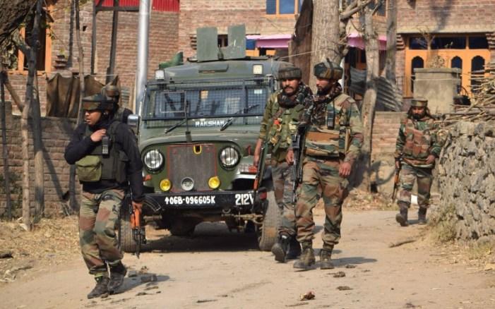 پلوامہ میں تصادم کے دوران دو مقامی جنگجووں کی خود سپردگی