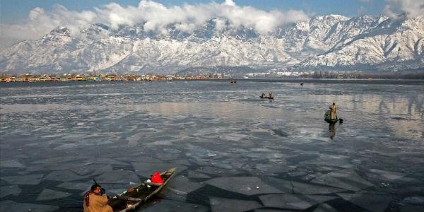 کشمیر: ٹھٹھرتی ٹھنڈ کے بیچ سیاح برف پوش پہاڑوں اور منجمد جھیل جھرنوں سے لطف اندوز ہو رہے ہیں