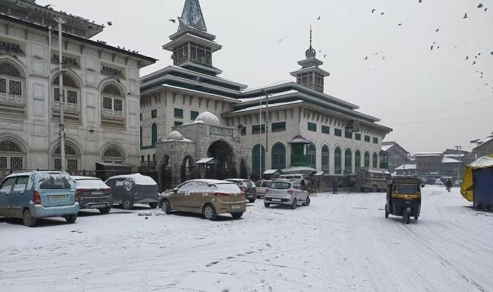سری نگر میں برف کی مہین چادر بچھ گئی