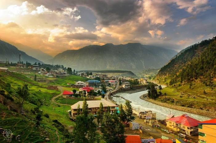 کشمیر: سیاحتی مقام گلمرگ سمیت کئی علاقوں میں بارشیں، شبانہ درجہ حرارت میں کمی واقع