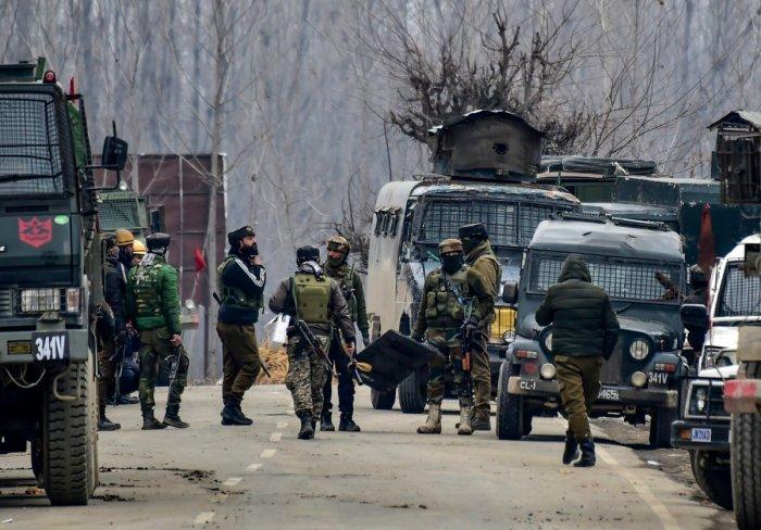 پلوامہ میں مسلح تصادم، پاکستانی لشکر طیبہ کمانڈر سمیت تین جنگجو ہلاک،قصبہ میں کرفیو نافذ