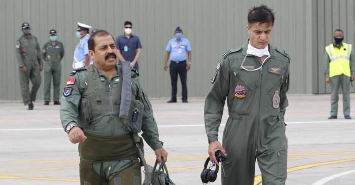 فضائیہ کے سربراہ نے لڑاکا طیارہ تیجس میں پرواز کیا
