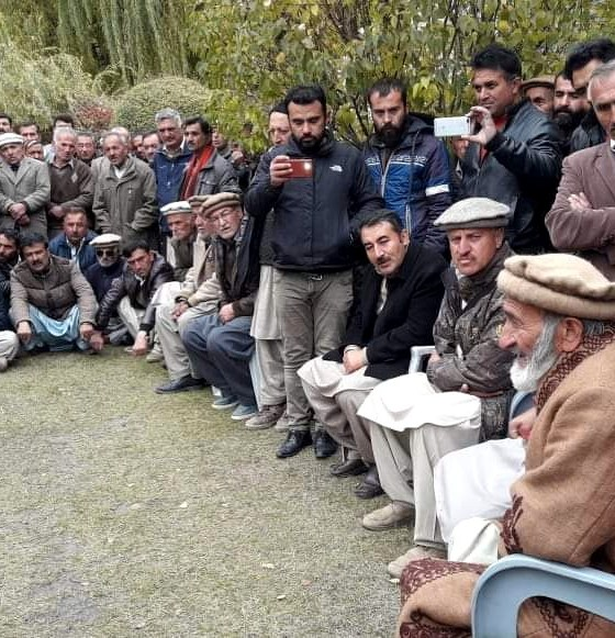 ہنزہ : عمائدین کریم آباد اور سول سوسائٹیز کے نمائندے سابقہ گورنر میر غضنفر علی خان سے ہنزہ رائیل اکیڈمی کے حوالے سے ملاقات کر رہے ہیں۔