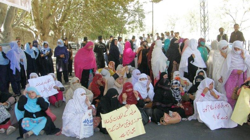 تنخواہوں کی عدم ادائیگی : اساتذہ کا چیف سیکریٹری آفس اور قانون ساز اسمبلی کے سامنے احتجاجی مظاہرہ