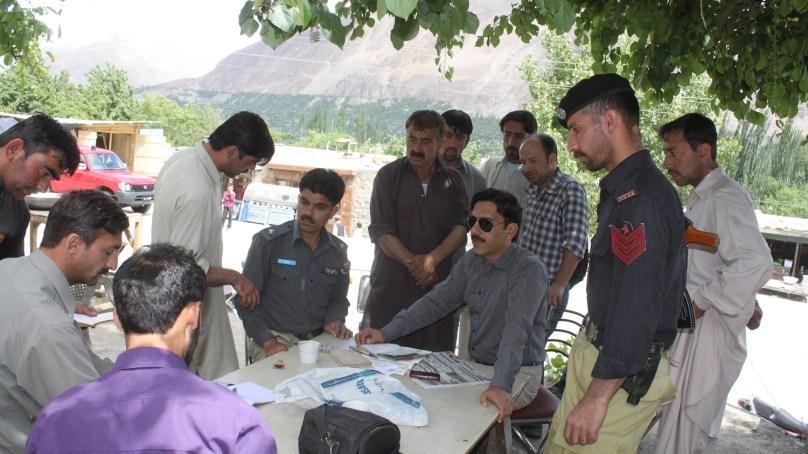 ایکسائز اینڈ ٹیکسیشن کی ٹیم کا دورہ ہنزہ، گاڑیوں کے کاغذات کی چیکنگ