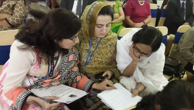 کھٹمنڈو میں سعدیہ دانش ، شہلآ رضا  اور ایک خاتون محو گفتگو
