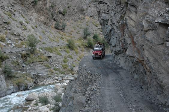وادی کیلاش کی سڑکیں ٹوٹ پھوٹ کا شکار