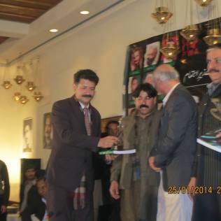 احسان شاہ کوئٹہ میں کل پاکستان مشاعرے کے دوران وزیر اعلی بلوچستان سے ایوارڑ وصول کرتے ہوئے ۔۔اور مشاعرہ پڑھتے ہوئے. ساتھ کورکمانڈر بلوچستان بھی موجود ہیں