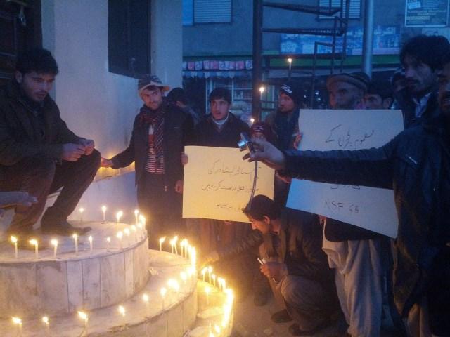گلگت، این ایس ایف کے اراکین سانحہ پشاور کے متاثرین کے ساتھ یکجہتی کا اظہار کر رہے ہیں
