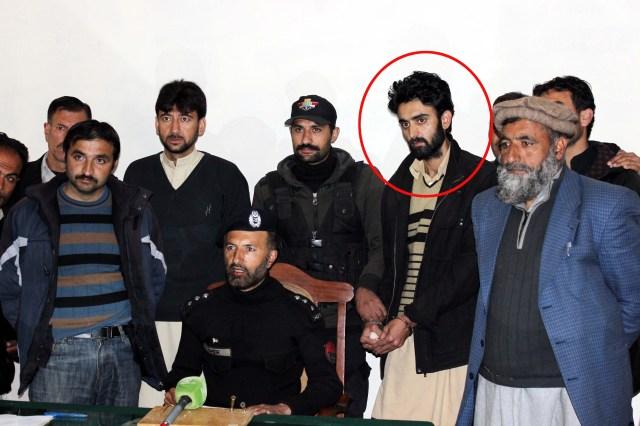 گرفتار شدہ مجرم پولیس کی حراست میں