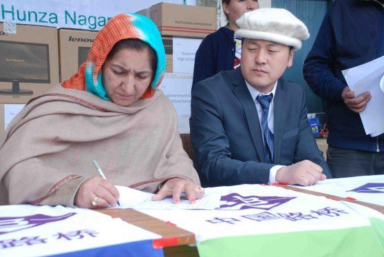 عطیات وصولی کے کاغذات پر دستخط کئے جارہے ہیں۔ تصویر: اکرام نجمی