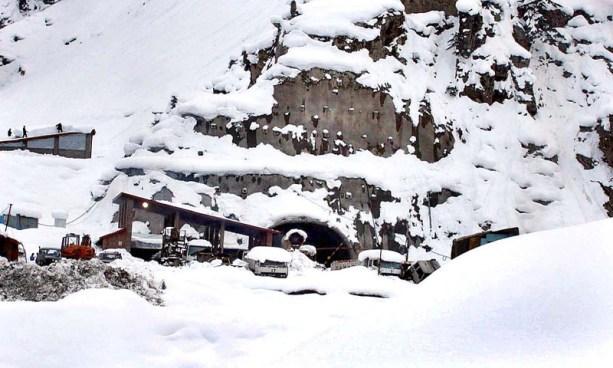 برف سے ڈھکے لواری پاس اور ٹنل کا ایک منظر (فائل فوٹو)