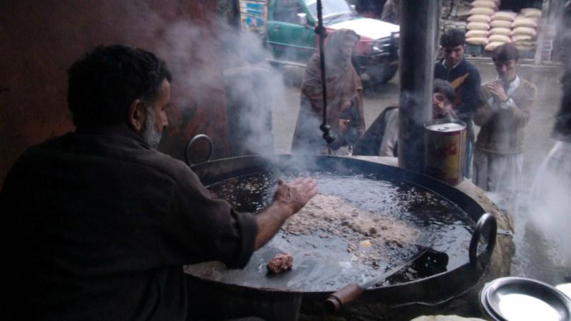 رم جھم برسنے لگے تو چترال میں عالم کباب کی مہک لوگوں کو کھینچ لاتی ہے