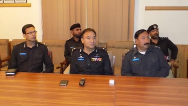 گلگت  آئی جی ظفراقبال اعوان کو وزیراعظم کے  پردورے سیکیورٹی انتظامات کے حوالے سے بریفنگ دی جا رہی ہے