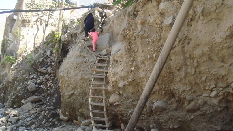 چترال، ڈپٹی کمشنر آفس کے ساتھ واقع تباہ شدہ پُل تین ماہ گزرنے کے باوجود بھی تعمیر نہ ہوسکا، عوا م کو شدید مشکلات کا سامنا