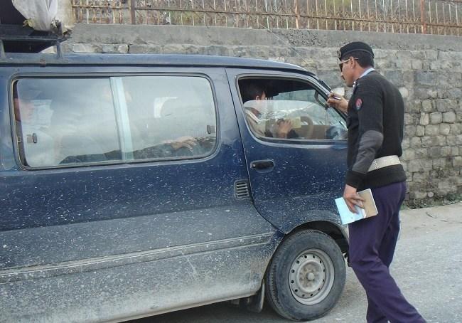 شاہراہ قائد اعظم جوٹیال پر تعینات ٹریفک اہلکار اژدہا بن گئے ہیں، رشوت نہ دینے پر کاغذات چھین لیتے ہیں، ڈرائیورز کی دہائی