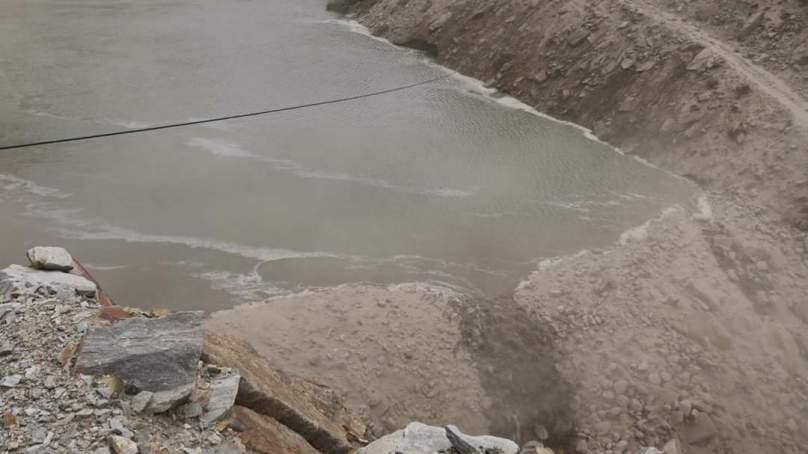 مشکن استور میں زمینی تودہ گرنے سے دریا کچھ دیر کے لئے بند ہوگیا، ڈھائی سو فٹ سڑک تباہ