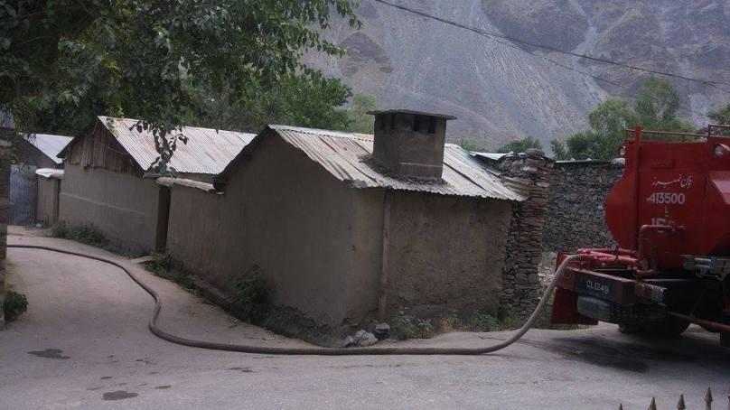 چترال میں اہم شخصیات کی کیاریوں اور آنگن میں لگے پودوں کی آبیاری کے لئے فائر بریگیڈ کی گاڑی کا سہارا لیا جاتا ہے