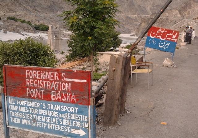 استور جانے والی بس ہربن کوہستان کے قریب گہری کھائی میں جاگری، دو مسافر جان بحق، 13 زخمی
