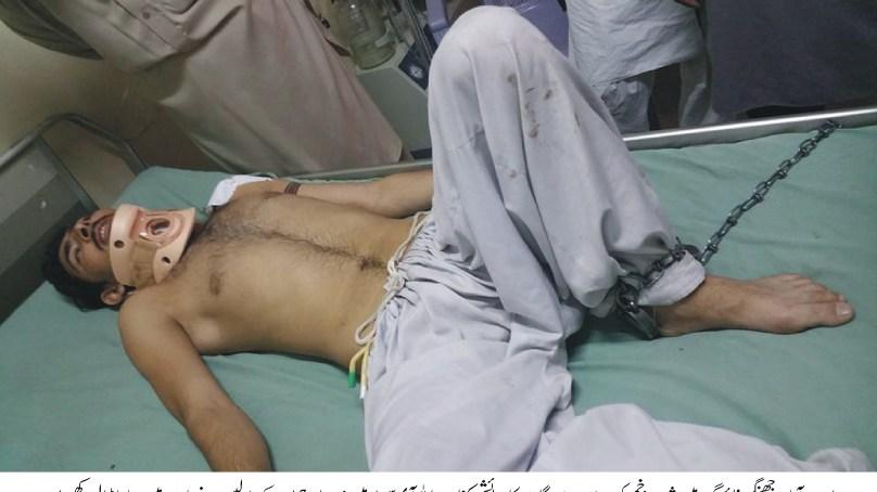 دو گروہوں کے درمیان لڑائی کے بعد ایبٹ آباد پولیس نے آئی سی یو میں داخل زخمی شخص کے پاوں میں بیڑیاں ڈال دیں