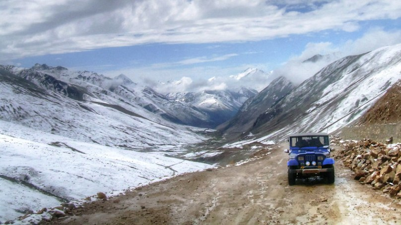 بابوسر ٹاپ پر سیاحوں کی گاڑی برفباری کی وجہ سے پھنس گئی، دیامر انتظامیہ کی کاوشوں سے بحفاظت ناران روانہ