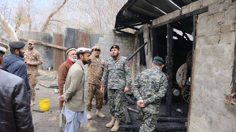 کمانڈنٹ چترال سکاؤٹس کرنل نظام الدین شاہ کا ایون کورو میں آگ سے متاثرہ مقام کا دورہ
