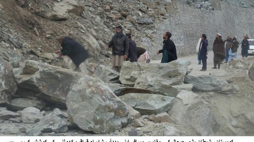کوہستان میں موسلادھار بارش کے باعث شاہراہ قراقرم لینڈ سلائڈنگ سے مختلف مقامات پر بلاک