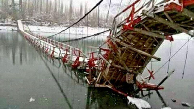 بلتستان: شدید برف باری سے نظام زندگی مفلوج ، تینوں اضلاع کا سکردوسےزمینی رابطہ منقطع، دو معلق پُل منہدم