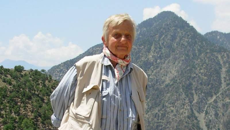 کالاش قبیلے کی دوست اسی سالہ سماجی ورکر  اور مصنفہ مورین لائنز عیسائی قبرستان پشاور میں سپردخاک