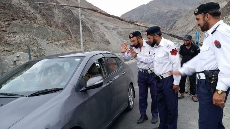 دیامر ٹریفک پولیس نے چلاس زیرو پوائنٹ کے مقام پر مسافروں میں افطاری کے پیکس تقسیم کر کے دل موہ لئے
