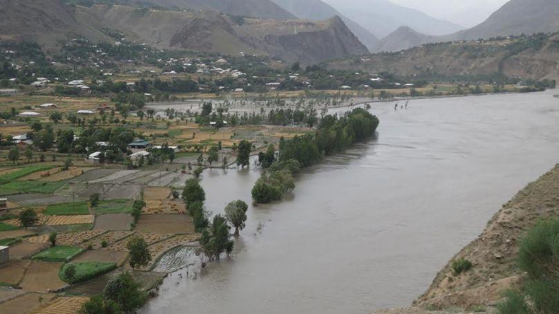 گرمی میں اضافے کے بعد دریائے چترال میں طغیانی کی کیفیت، زمینوں کا کٹاو جاری