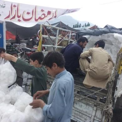 غذر میں گرمیوں کے ساتھ برف کا کاروبار بھی بڑھنے لگا