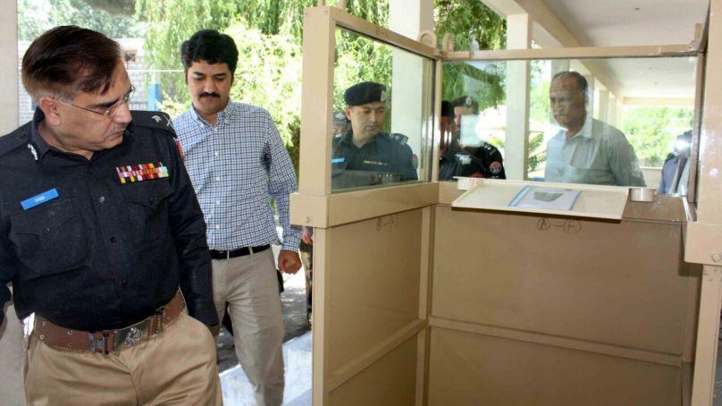وی آئی پیز کی حفاظت کے لئے دو بلٹ پروف روسٹرم گلگت بلتستان پولیس کے پاس پہنچ گئے